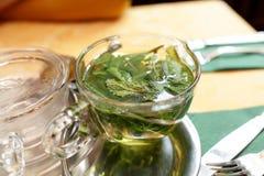 Taza de té de la menta imagen de archivo