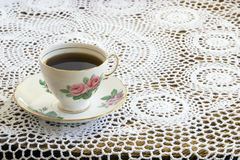 Taza de té de la vendimia en mantel del ganchillo Fotos de archivo