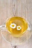 Taza de té de manzanilla herbario Imagenes de archivo