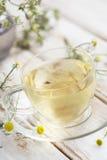 Taza de té de manzanilla puro Fotos de archivo