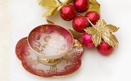 Taza de té del desayuno de la Navidad con el camino de recortes Fotos de archivo libres de regalías