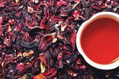 Taza de té del hibisco con las hojas de té Imagenes de archivo