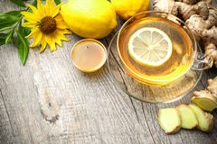 Taza de té del jengibre con la miel y el limón Fotos de archivo libres de regalías