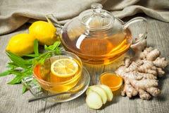 Taza de té del jengibre con la miel y el limón Foto de archivo
