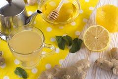 Taza de té del jengibre con la miel y el limón Fotografía de archivo