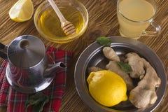 Taza de té del jengibre con la miel y el limón Imagenes de archivo