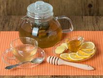 Taza de té del jengibre con la miel y el limón en la tabla de madera Imagen de archivo libre de regalías