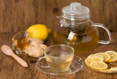 Taza de té del jengibre con la miel y el limón en la tabla de madera Fotos de archivo