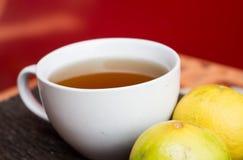 Taza de té del limón Imagenes de archivo