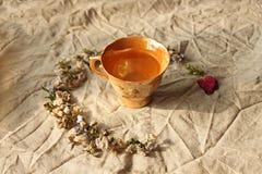 Taza de té del oolong en el fondo de lino foto de archivo