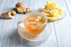 Taza de té delicioso con hielo en la tabla imagen de archivo libre de regalías