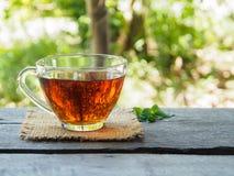 Taza de té en de madera Foto de archivo