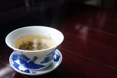 Taza de té en el platillo Foto de archivo libre de regalías