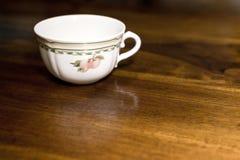 Taza de té en el vector de madera Imágenes de archivo libres de regalías