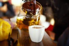 Taza de té en el vector de madera Fotografía de archivo