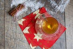 Taza de té en el vector de madera Foto de archivo libre de regalías