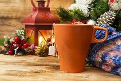 Taza de té en fondo caliente de la Navidad Fotos de archivo libres de regalías