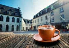 Taza de té en fondo de la ciudad imagenes de archivo