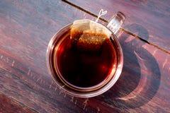 Taza de té en fondo de madera del vintage Foto de archivo
