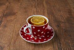 Taza de té en fondo de madera del vintage Imágenes de archivo libres de regalías