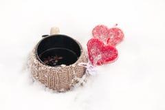 Taza de té en la nieve imagenes de archivo