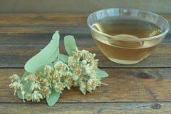 Taza de té en la tabla de madera Imagen de archivo libre de regalías