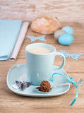 Taza de té en la tabla de madera con las decoraciones de Pascua Imagen de archivo