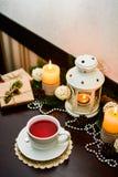 Taza de té en la tabla en café Decoración para la Navidad Imagen de archivo