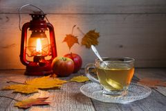 Taza de té en la tabla de madera con latern Fotos de archivo