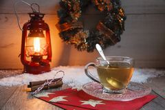 Taza de té en la tabla de madera con latern rojo Fotos de archivo libres de regalías