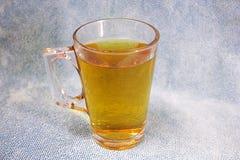 Taza de té en un fondo de la textura de la tela Imagenes de archivo