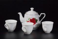 Taza de té en un fondo negro Imagenes de archivo