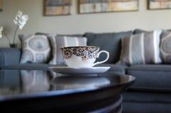 Taza de té en una sala de estar en una tabla foto de archivo