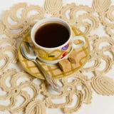 Taza de té en una servilleta Fotos de archivo