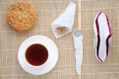 Taza de té en una servilleta de bambú, visión superior Fotografía de archivo libre de regalías