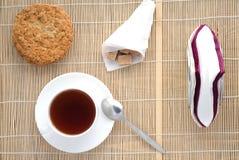 Taza de té en una servilleta de bambú, visión superior Foto de archivo
