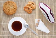 Taza de té en una servilleta de bambú, visión superior Fotografía de archivo