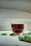 Taza de té en una tabla de madera Fotos de archivo libres de regalías
