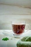 Taza de té en una tabla de madera Imágenes de archivo libres de regalías