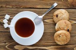 Taza de té en una tabla de madera, visión superior Fotos de archivo libres de regalías
