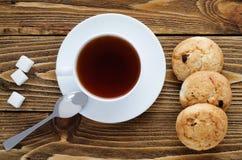 Taza de té en una tabla de madera, visión superior Imágenes de archivo libres de regalías