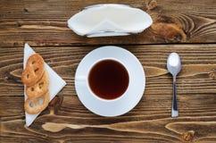 Taza de té en una tabla de madera, visión superior Foto de archivo