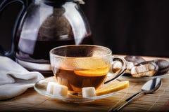 Taza de té, de galletas y de tetera en la tabla Fotos de archivo