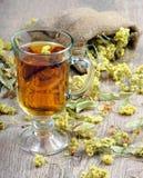 Taza de té herbario y de miel Hierbas medicinales Primer remedio para la gripe y el frío imagen de archivo