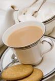Taza de té inglés con las galletas Imagen de archivo