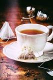 Taza de té negro caliente Fotos de archivo