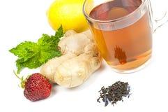 Taza de té negro con el jengibre, el limón y la menta Imagenes de archivo
