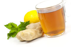 Taza de té negro con el jengibre, el limón y la menta Imágenes de archivo libres de regalías