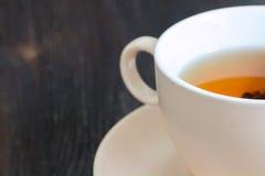 Taza de té negro en el fondo oscuro Imagen de archivo