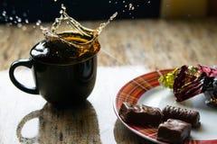 Taza de té negro en la tabla Fotos de archivo libres de regalías